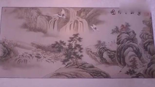 女孩轻轻碰了一下画卷,没想到画卷里的仙鹤飞动了起来,太神奇了