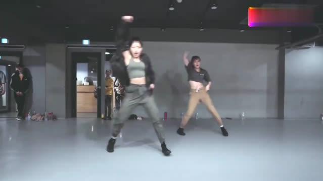 舞蹈专业的学员们,随歌而舞,你觉得那组跳的好呢?