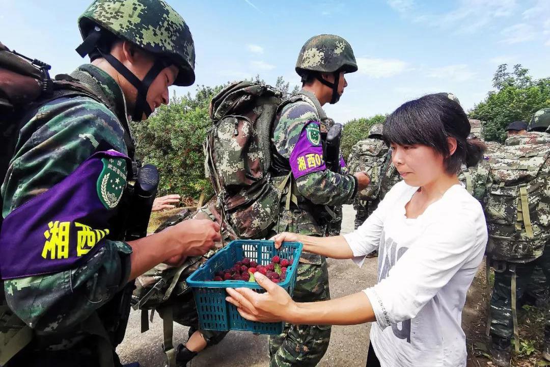 暖心!特战队员训练中遇村民免费送杨梅 却拒绝白吃留下现金离开
