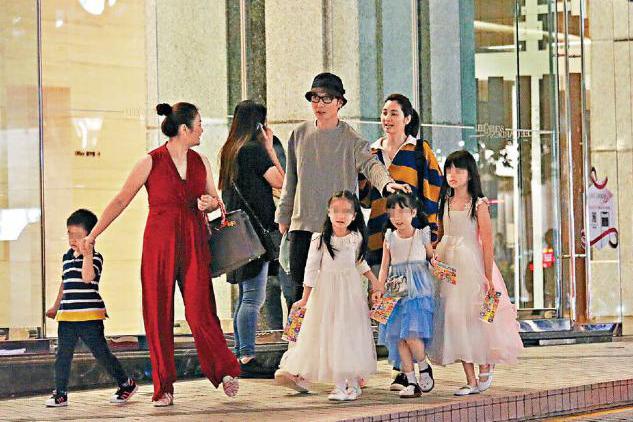 张丹峰与妻子洪欣重归于好,一家好友共同出行,力破婚变传闻