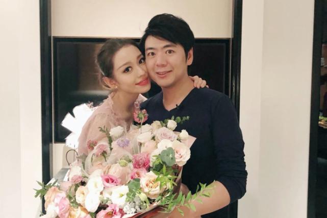 郎朗为25岁娇妻庆生送超大束鲜花,夫妻俩深情相拥太甜了