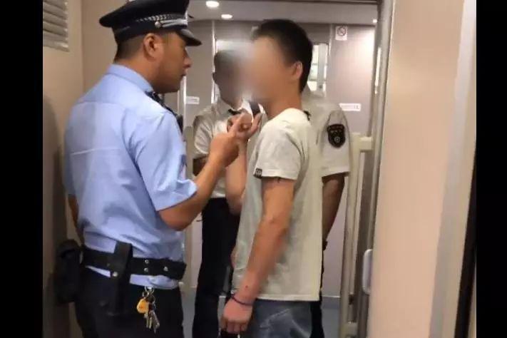 """男子高铁两次抽烟并称""""随便拘留"""":违反治安管理条例,已被拘留"""