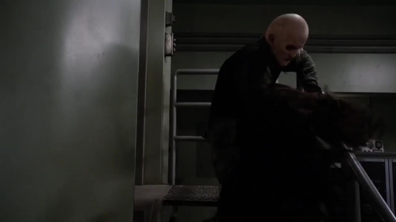 梅特工带走了博士,弹头被偷了,救了基地工作人员,还捉到了蜂巢