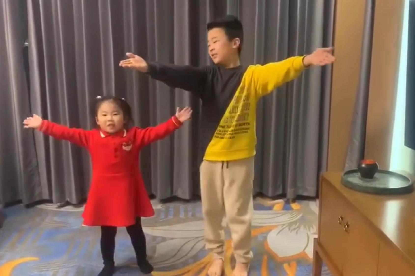 王楠和巨富老公迎新年,9岁儿子带3岁女儿演节目,笑笑山寨哥哥萌翻