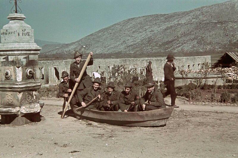 二战老照片  侵入南斯拉夫的意大利军队  感觉是来负责搞笑的