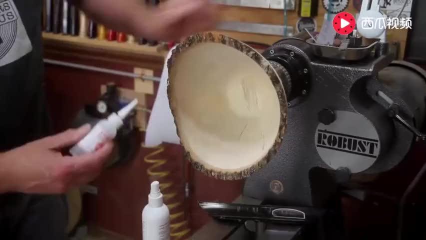 大叔用车床车了个木碗本以为没什么倒上颜料后才发现不简单