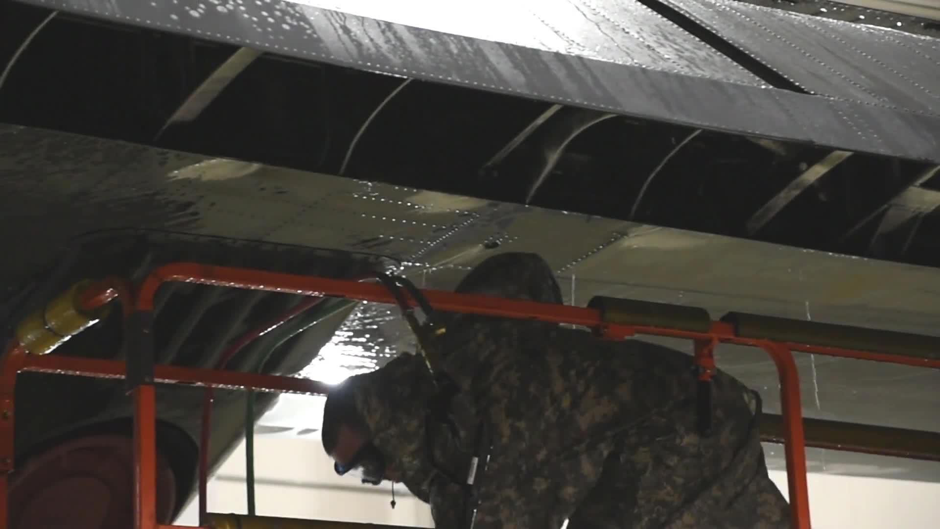 C-130大力神飞机清洗,还得人工洗,太落后了