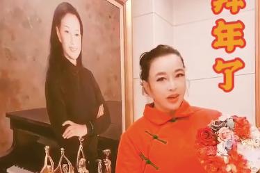 67岁刘晓庆太敢穿!大红配大绿造型浮夸,滤镜也掩盖不住好气色