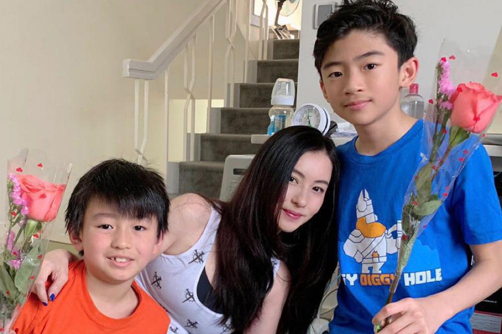 张柏芝和儿子们过情人节,三胎小王子的物品又出镜