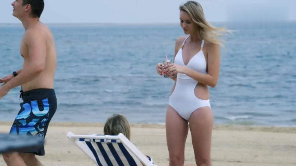 夫妻沙滩度蜜月,男子戴墨镜盯着外国美女看,却还是被媳妇发现