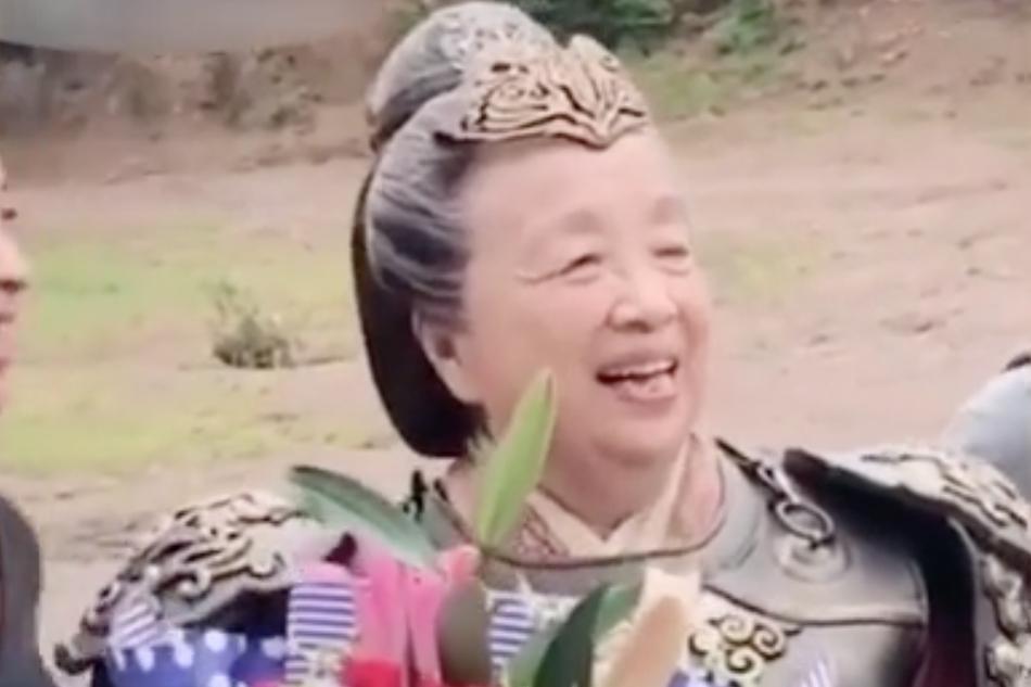 83岁李明启头发花白再演古装剧,捧花合影状态超好