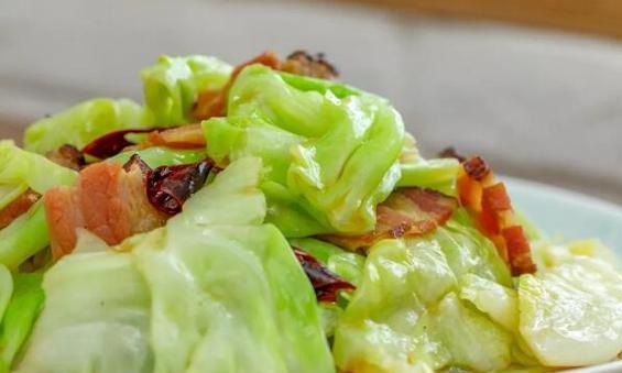 简单易操作的手撕包菜色。香味俱全,碧绿诱人,吃起来脆嫩爽口