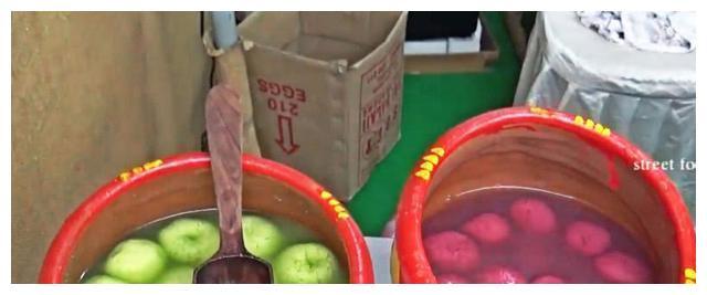 大妈街头卖五彩水果,看到她的做法,难怪生意好