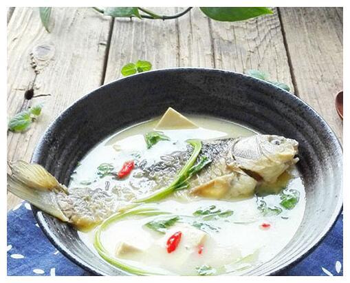 清蒸鲫鱼豆腐汤,汤汁鲜美,口感细腻,冬天喝一碗整个人都暖暖的