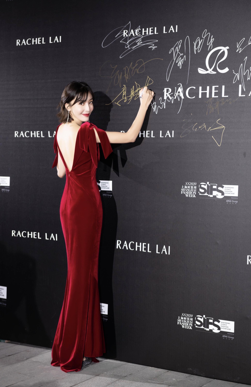 高晓菲受邀出席上海时装周压轴大秀,深V长裙性感摇曳秋日浪漫