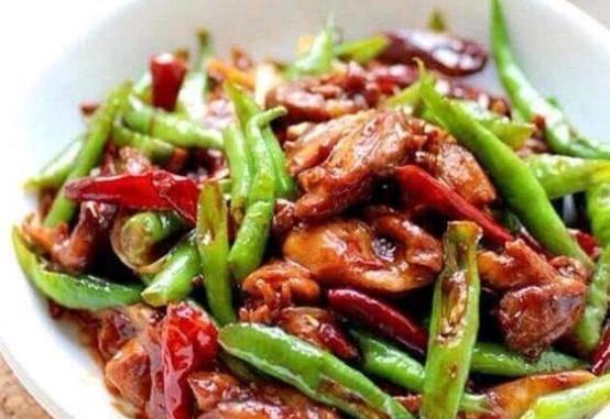 美食保举:凉拌苋菜,油淋干豆腐,青椒炒鸡腿肉,胡萝卜炒香肠