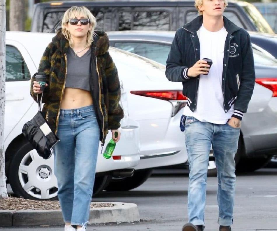 麦莉赛勒斯穿毛绒外套配牛仔裤现身 和男友科迪一同出街买咖啡