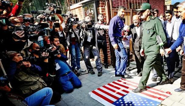 将美国旗踩在脚下,伊朗再宣布一件大事,加速核活动,硝烟已打响