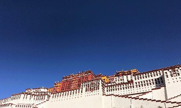 千万别小看西藏的厕所,有的早已成为景点有的还挂上了3A级标牌