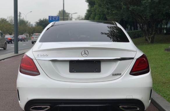 小伙花44万元买到奔驰C300运动版,车尾四字一直不愿意扣
