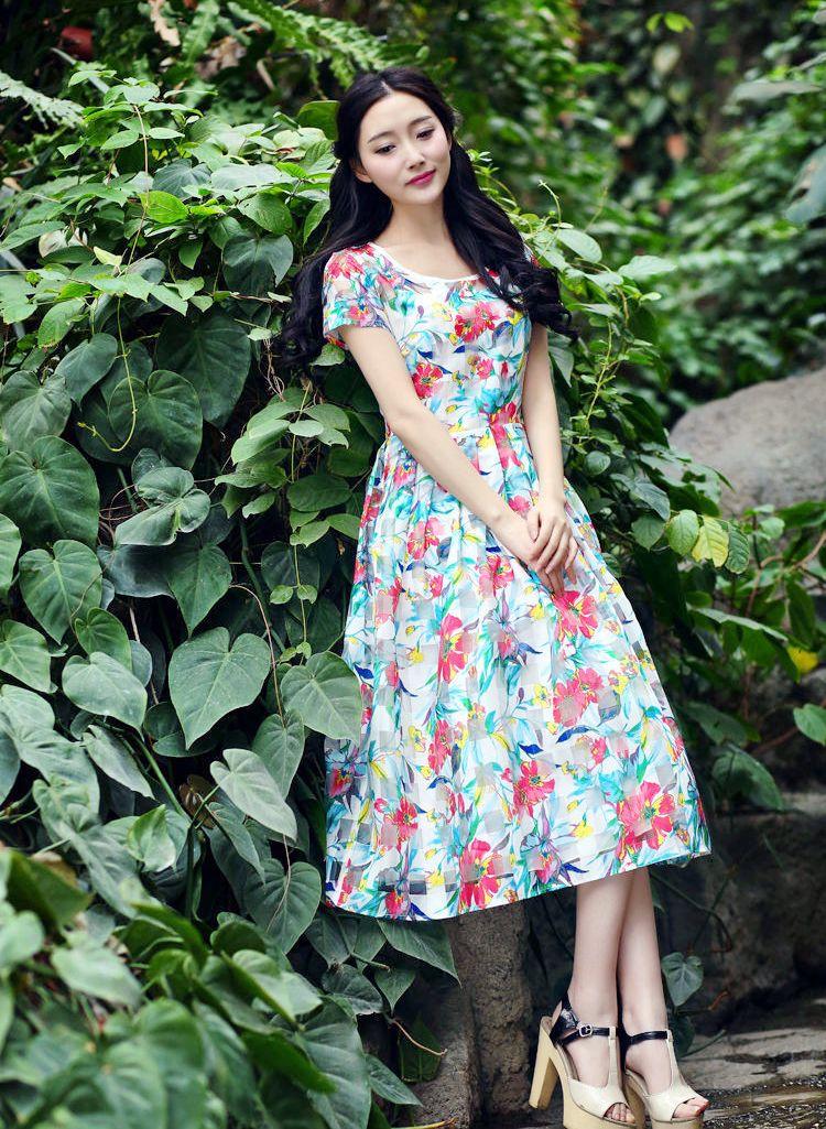 那一个素雅稳重美艳的纤细美裙丽人