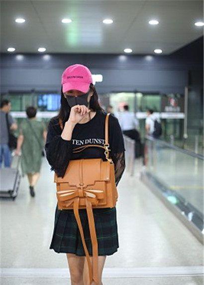 标题:张馨予街拍:黑T搭配蕾丝上衣,鸭舌帽,清纯学院风