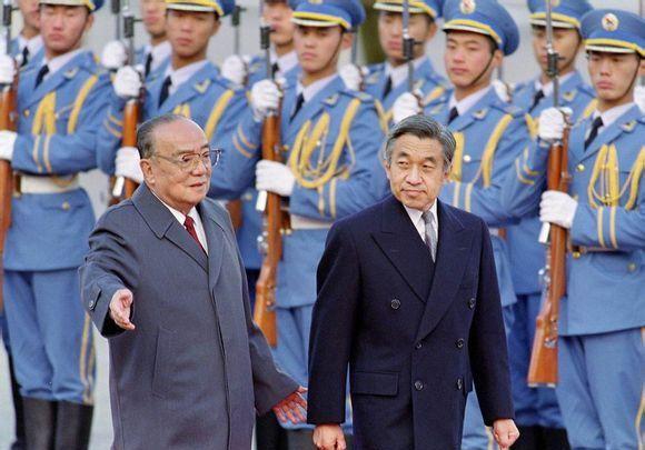 老照片:1992年明仁天皇访华,图5与美智子皇后游览长城