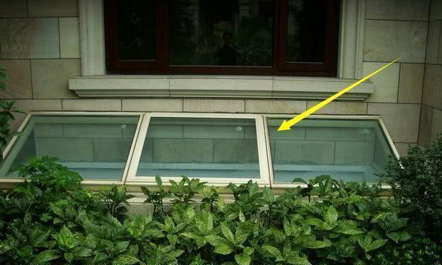 2层别墅带地下室,结果没明窗,设计师直接开采光井,邻居都效仿