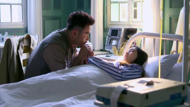 男子在病床前陪着爱妻,爱妻醒来后,感动的不得了
