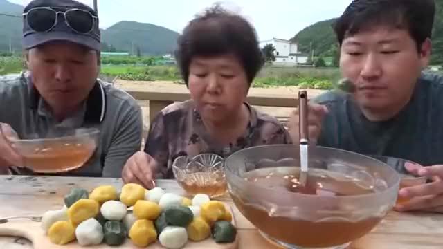 韩国吃播大叔兴森一家三口吃打糕 欲罢不能的美味,让人大快朵颐
