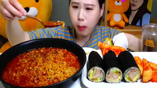 韩国吃播:火鸡辣汤面金枪鱼紫菜包饭,卡妹吃得真香,我都馋了
