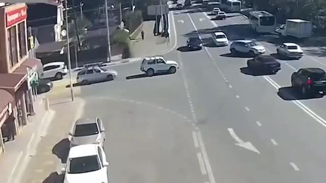 女司机路口狂飙瞬间横扫一片这么大阵仗的事故保险给赔吗