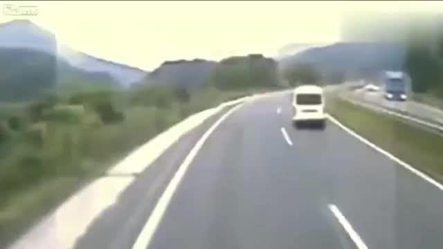 监控拍下运尸车在高速上莫名出车祸后死尸复活