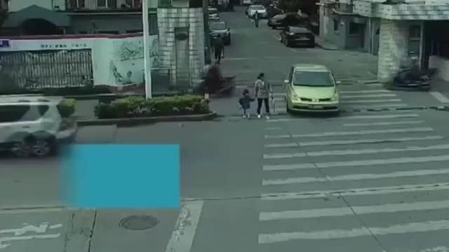 母女俩过斑马线没想到遇上瞎眼司机悲剧一幕发生了
