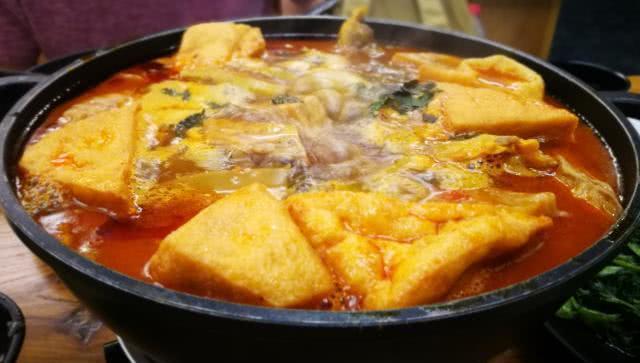 柳州人这锅,酸臭难闻,随着材料的升级,连蜗牛粉都叫它法式。