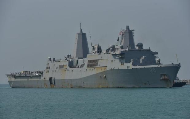 美国军舰抵达泰国林查班港,远远望去,船体锈迹斑斑!