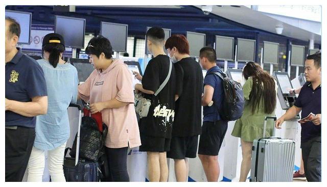 PGone现身机场,T恤+大裤衩太寒酸,没商演的他到底有多穷?