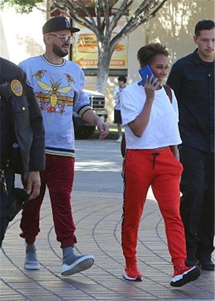 """""""前辣妹""""梅兰妮·布朗现身街头,穿白色短T搭配红色休闲裤"""