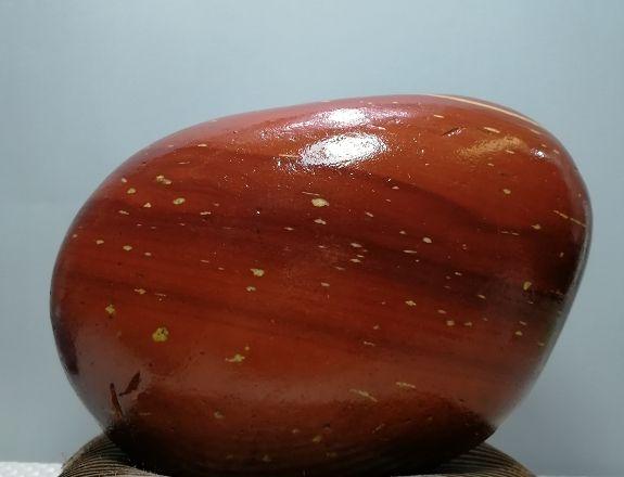 欣赏传统天然奇石摆件,颜色变化丰富,望之而生景,有抽象之态