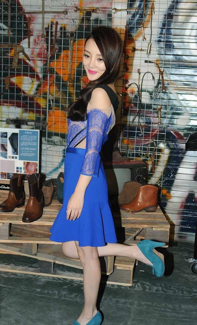 绰约多姿的李小璐,蓝色短裙时尚妩媚