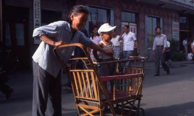 1984-1985年的生活,到处是自行车,穿着平凡朴素的年代