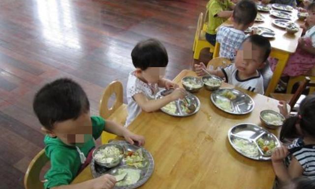 孩子总夸幼儿园饭菜香,每顿能吃两碗,看到午餐照后妈妈深受打击