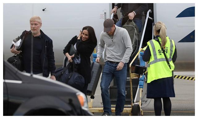 哈里梅根情人节开心出行,被拍到笑容满面坐商业航班,还自带行李