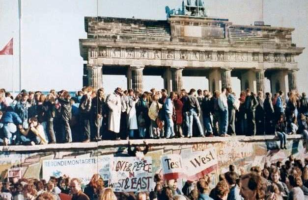 三十年前的今天,柏林墙被推倒了