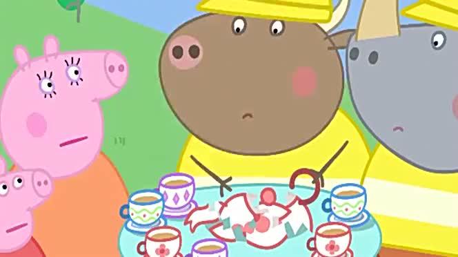 公牛先生打碎了瓷器茶壶它开着挖掘机带佩奇去兔小姐商店修茶壶