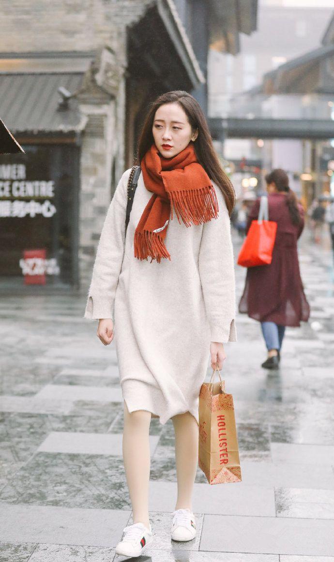 街拍:美女的搭配十分个性,深色系围巾搭配浅色系服装,温婉动人