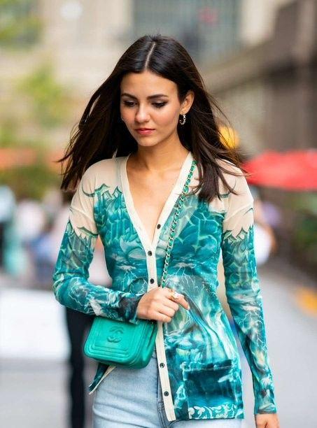 维多利亚·贾斯蒂斯身着蓝色牛仔裤现身街头妖艳笑容,魅力十足