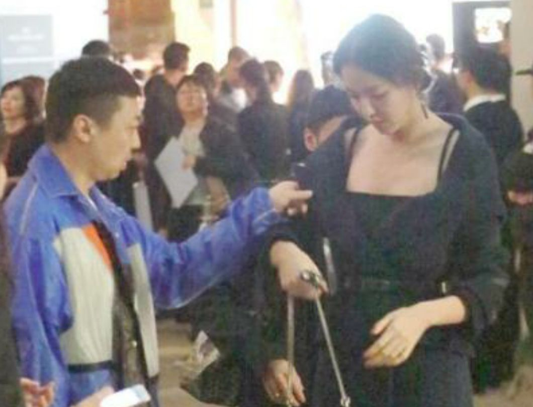 张梓琳莫小棋同样被男助理整理衣服,一个自然大方,一个画面尴尬