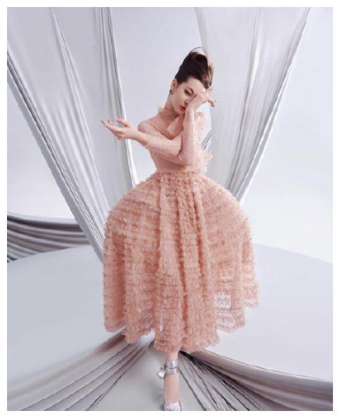 迪丽热巴杂志上解锁发型,让少女感觉编织充满活力,复古的蜂窝头