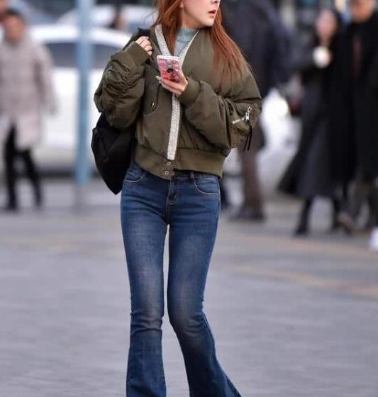 街拍:女生搭配一双高跟鞋,带着十足韵味与魅力